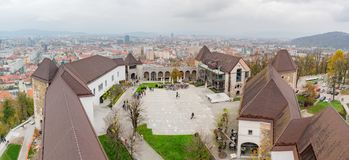 Flyg- yttre sikt av den Ljubljana slotten arkivfoton