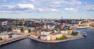 Flyg- in zoomar sikten på den Riddarholmen ön i Stockholm stock video