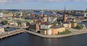 Flyg- in zoomar sikten på den Riddarholmen ön i Stockholm arkivfilmer