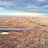 Flyga över Alberta Arkivbild