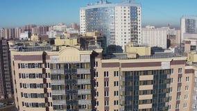 Flyga över av bostads- flervånings- fjärdedelar arkivfilmer