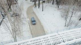 Flyga över bilen i träna Bil under bron Solig dag stock video