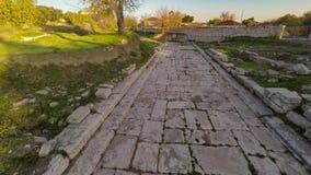 Flyga över den forntida vägen med den Apollon Temple sikten i ett avstånd Den heliga vägen, Didim, Turkiet Antenn 4k stock video