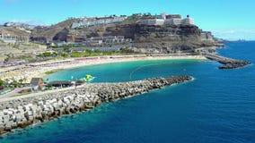 Flyga över den härliga Amadores stranden på Gran Canaria lager videofilmer
