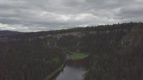 Flyga över den härliga bergfloden och det härliga skoggemet Flyg- sikt av den mystiska floden på soluppgång med dimma stock video