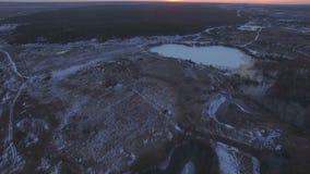 Flyga över den härliga floden i högt vatten arkivfilmer