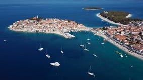 Flyga över den semesterortAdriatiska havet staden Primosten, Kroatien stock video