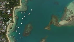 Flyga över det blå havet och kust av Mauritius Island arkivfilmer