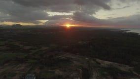Flyga över det gröna fastlandet i Mauritius på solnedgången lager videofilmer
