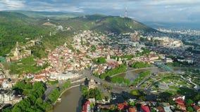 Flyga över det Tbilisi centret Tbilisi är huvudstaden och den största staden av Georgia lager videofilmer