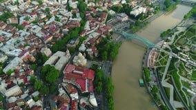 Flyga över det Tbilisi centret Tbilisi är huvudstaden och den största staden av Georgia stock video