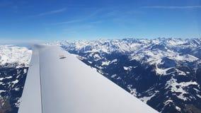 Flyga över dolomitesna med snö Arkivfoto