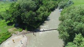 Flyga över en bergflod, en stark ström av vatten Från luften lager videofilmer