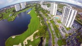 Flyga över en golfbana arkivfilmer