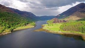 Flyga över fjorden Leven in mot Caolasnacon, Lochaber lager videofilmer