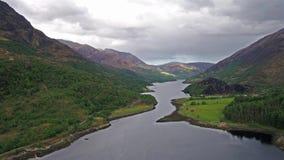 Flyga över fjorden Leven in mot Caolasnacon, Lochaber stock video