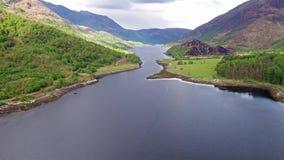 Flyga över fjorden Leven in mot Caolasnacon, Lochaber arkivfilmer