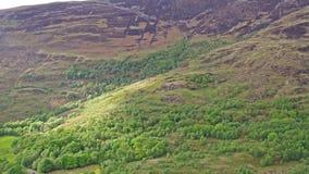 Flyga över fjorden Leven in mot Caolasnacon, Lochaber - panorera skottet arkivfilmer