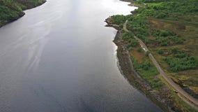 Flyga över fjorden Leven in mot Glencoe, Lochaber arkivfilmer