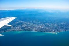 flyga över havet Fotografering för Bildbyråer
