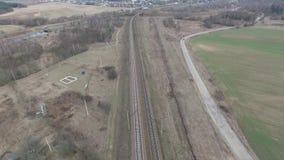 Flyga över järnvägen omgeende bygd lager videofilmer
