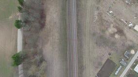 Flyga över järnvägen omgeende bygd stock video