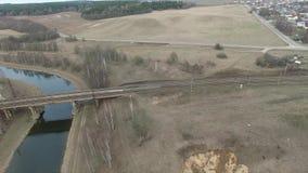 Flyga över järnvägsbron Järnväg lager videofilmer