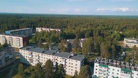 Flyga över kvarterhus av entyp bosättning i den Leningrad regionen stock video