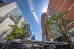 Flyga över moderna byggnader Arkivfoto