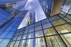 Flyga över moderna byggnader Royaltyfri Bild
