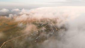Flyga över molnen på skymning eller på gryning ovanför att flyga för oklarheter flyg- sikt norr panorama för caucasus liggandeber lager videofilmer