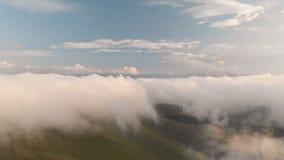 Flyga över molnen på skymning eller på gryning ovanför att flyga för oklarheter flyg- sikt norr panorama för caucasus liggandeber stock video