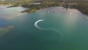 Flyga över segling för motoriskt fartyg i fjärd, Mauritius Island lager videofilmer