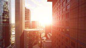 Flyga över skyskrapor på solnedgånghimmel lager videofilmer