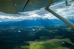Flyga över Smithers i floatplane Fotografering för Bildbyråer