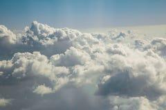 Flyga över solig dag för moln Royaltyfria Foton