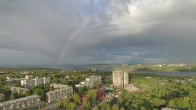 Flyga över staden på den tiden av regnbågen lager videofilmer