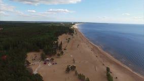Flyga över stranden - antennskott stock video