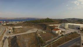 Flyga över vägen i industriell zon av Lavrio kuststadport arkivfilmer