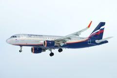Flyga den `-Leo Tolstoy för flygbuss A320 `en VP-BAC Aeroflot i molnig himmel Arkivbild