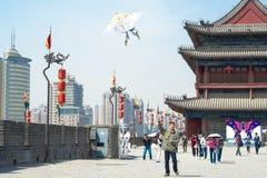Flyga en drake i Xian, Kina Royaltyfria Bilder