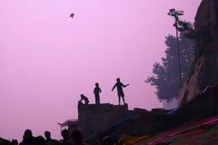 Flyga en drake på bankerna av Gangeset River Arkivbild