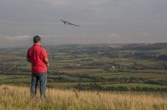 Flyga en modellsailplane över engelsk bygd royaltyfria bilder