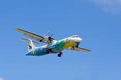 Flyga ett flygplanflygbolag Bangkok Airways över ön av Koh Samui, Thailand. Royaltyfria Foton
