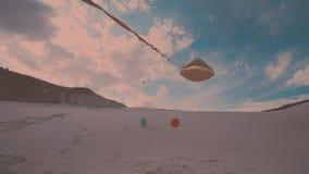 Flyga färgrika ballonger mot blå himmel arkivfilmer