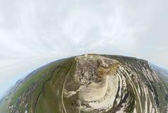Flyga för berglandskap som är molnigt Arkivfoton