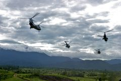 Flyga för helikoptrar CH-46 Royaltyfria Bilder