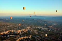 Flyga f?r ballonger f?r varm luft fotografering för bildbyråer