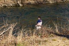 Flyga fiskaren Enjoying en dag på den Roanoke floden, Virginia, USA royaltyfria foton
