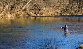 Flyga fiskaren Enjoying Fishing för regnbågeforell på den Roanoke floden, Virginia, USA arkivbild